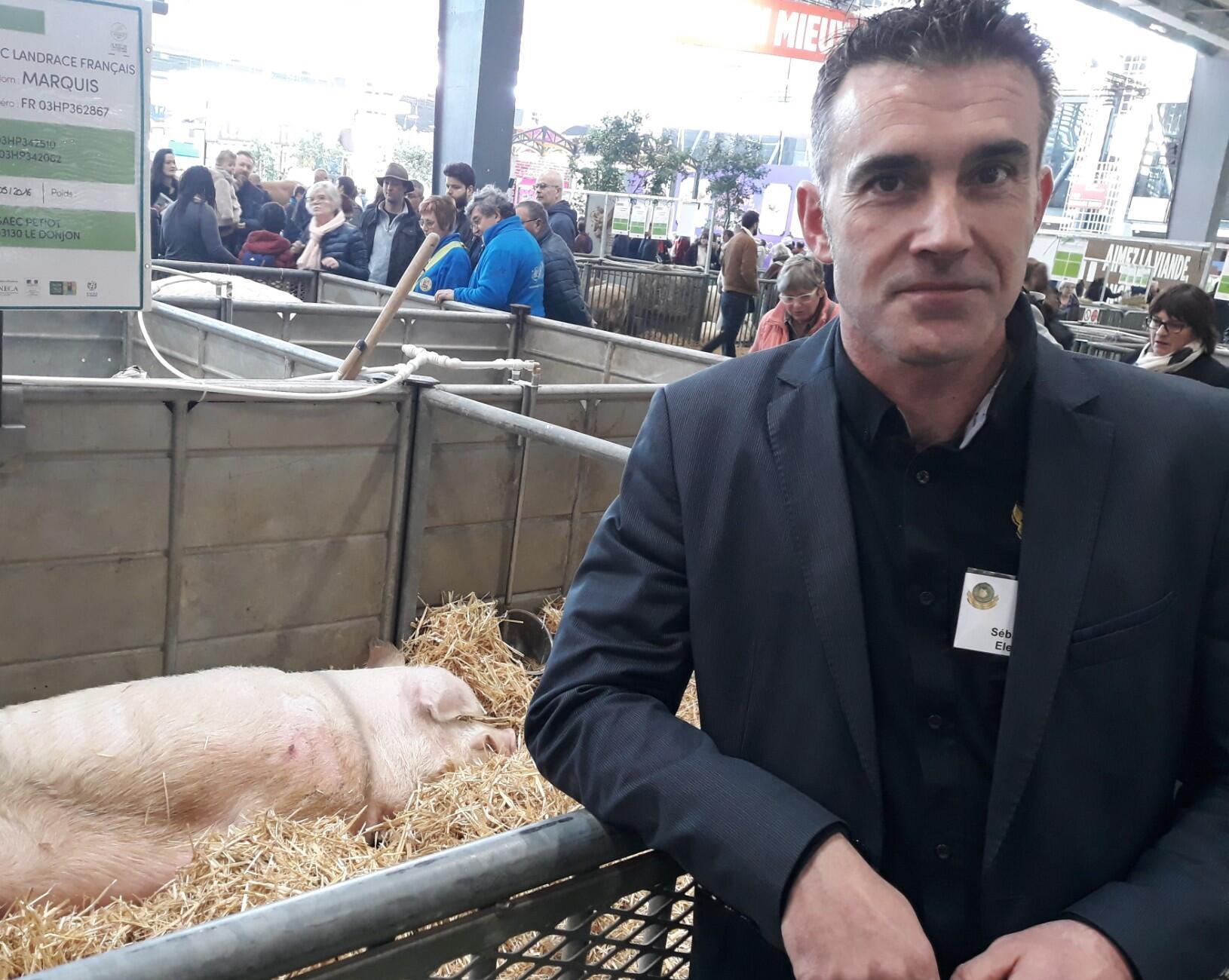 """""""Vu le contexte aujourd'hui, pour qu'un jeune se lance dans la profession, il lui faut un petit grain de folie"""", estime Sébastien Brishoual, producteur porcin à Quimperlé, en Bretagne."""