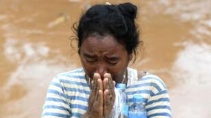 Una mujer llora en medio de las inundaciones en la provincia de Attapeu, en Laos, el 26 de julio de 2018.