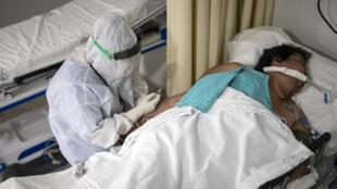 Une personne atteinte du Covid-19 dans un hôpital de Mexico, le 20 juillet 2020