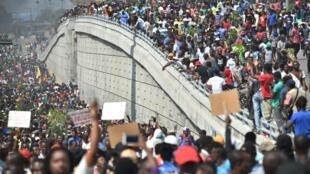 Los manifestantes marchan en las calles en Puerto Príncipe contra el presidente haitiano Jovenel Moise por el uso indebido de fondos de Petrocaribe.