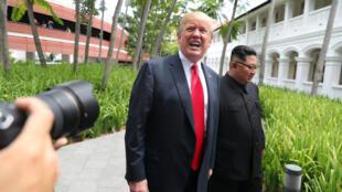 Donald Trump et Kim Jong-un à la sortie de leur déjeuner.