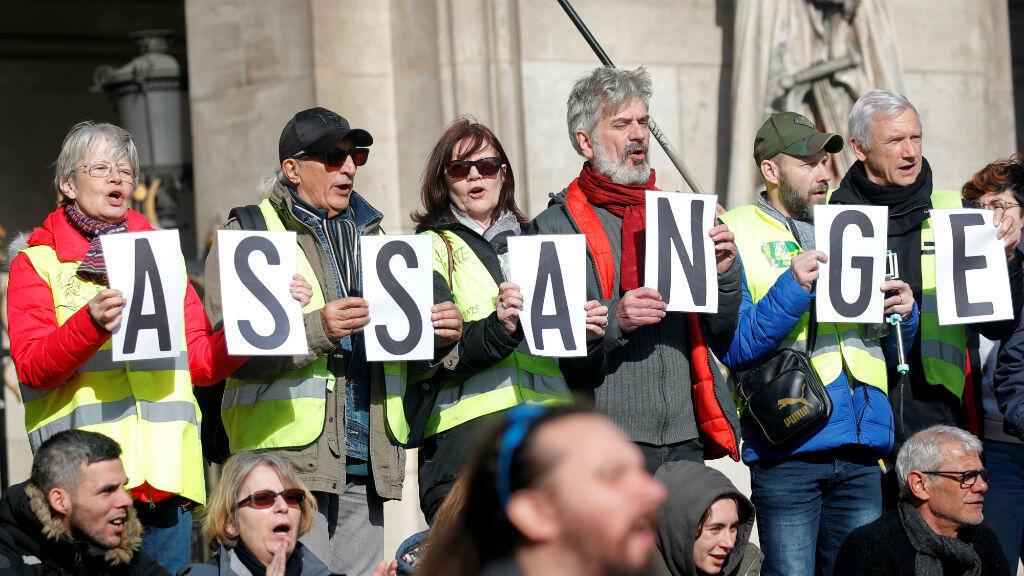 Los manifestantes sostienen carteles que exigen libertad para el fundador de Wikileaks, Julian Assange, frente a la Opera Garnier durante una protesta en París, Francia, el 17 de febrero de 2020.