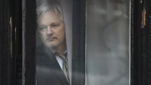 """مؤسس موقع """"ويكيليكس"""" الأسترالي جوليان أسانج في سفارة الإكوادور في لندن."""