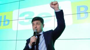 El actor y comediante, Vladímir Zelenski, dando declaraciones desde su sede campaña a sus seguidores una vez se dieron a conocer los resultados de la primera ronda de las elecciones presidenciales en Ucrania. Kiev, Ucrania, 31 de marzo de 2019.