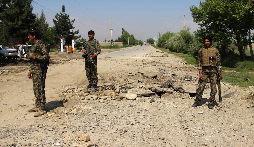 La police afghane est intervenue dans une province de Kunduz après l'explosion d'une bombe, à Charkhab le 23 avril 2016.