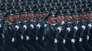 جنود صينيون خلال عرض عسكري في ساحة تيانانمين في بكين في 1 تشرين الأول/أكتوبر 2019