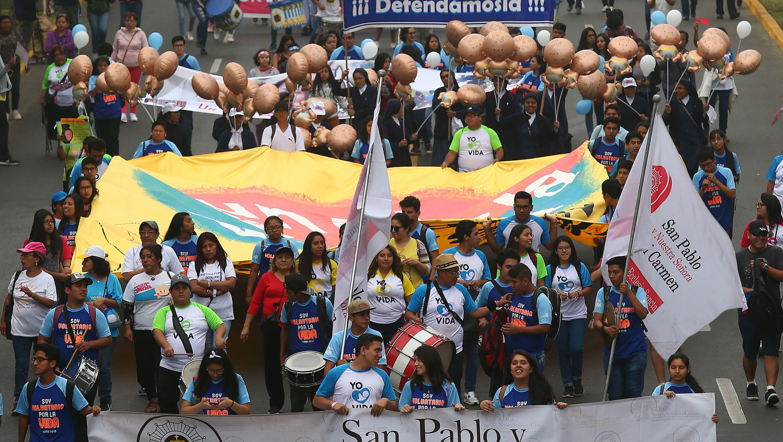 Miles de peruanos marchan contra el aborto en una multitudinaria manifestación promovida por la Iglesia católica.