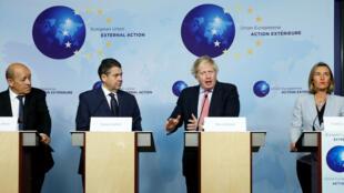 Los cancilleres del Reino Unido (Boris Johnson), Francia (Jean-Yves Le Drian), Alemania (Sigmar Gabriel) y la jefa de política exterior de la Unión Europea, Federica Mogherini, hablan ante la prensa después de reunirse con el canciller iraní Mohammad Javad Zarif en Bruselas, Bélgica.