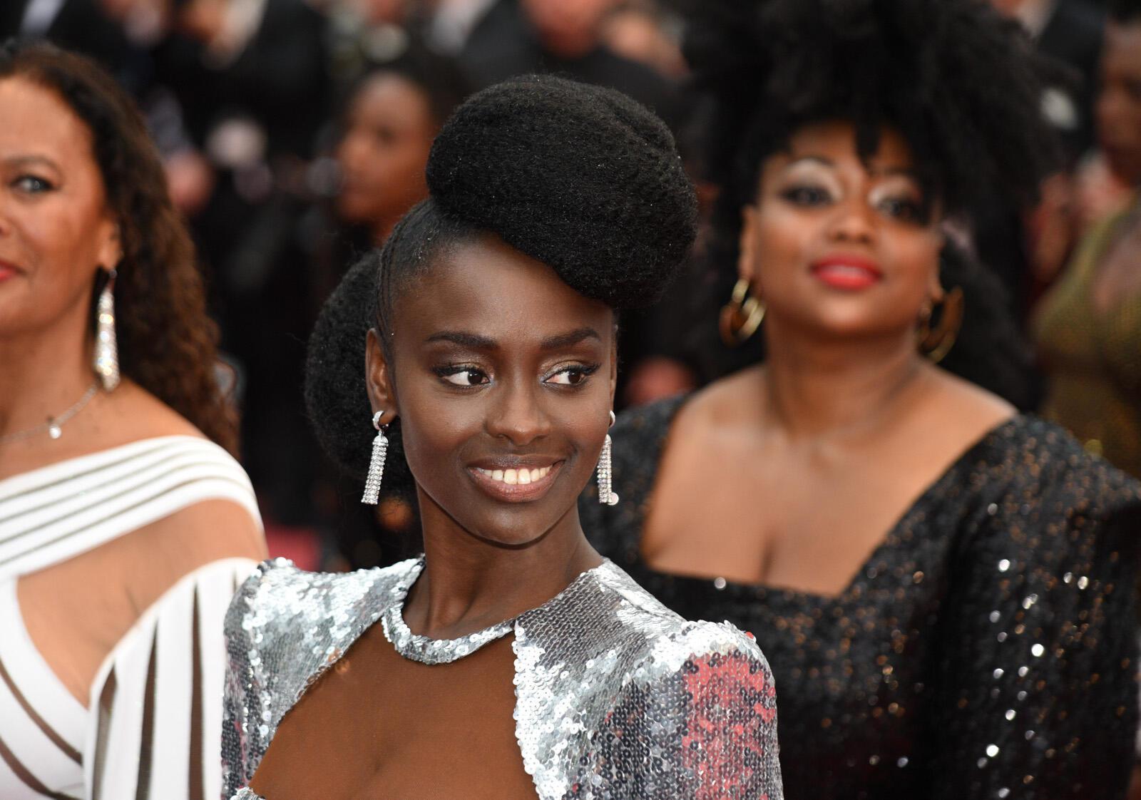 """La actriz francesa Aïssa Maïga subió los escalones con varias actrices afro con motivo de la publicación de una colección de testimonios, """"Negra no es mi trabajo"""", que denuncia el racismo latente en el cine francés."""