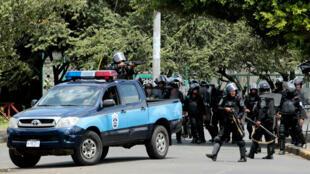 La policía antidisturbios con manifestantes durante una protesta contra el Gobierno del presidente Daniel Ortega en Managua, Nicaragua, el 23 de septiembre de 2018.