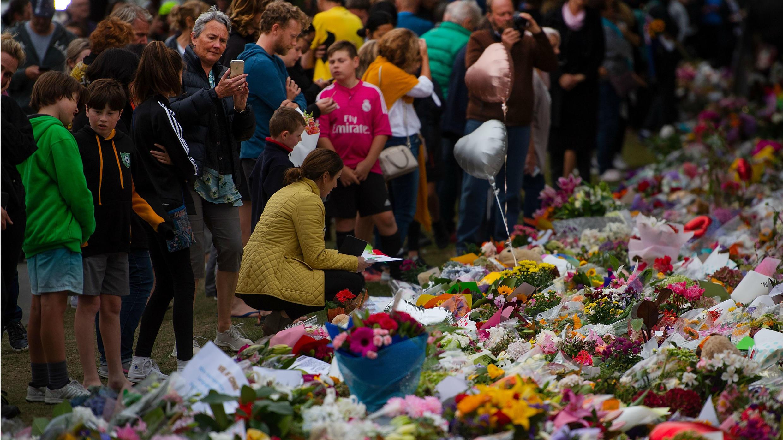 La gente presenta sus respetos en un sitio conmemorativo en el Jardín Botánico en Christchurch, Nueva Zelanda, el 18 de marzo de 2019.