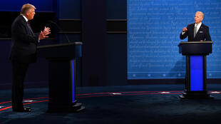 الرئيس الأميركي دونالد ترامب ومنافسه الديموقراطي جو بايدن خلال أول مناظرة تلفزيونية بينهما في كليفلاند بولاية أوهايو في 29 أيلول/سبتمبر 2020.