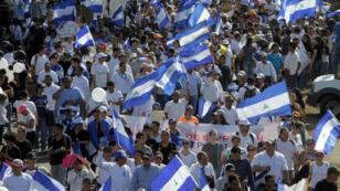 Des manifestants défilent à Managua, le 23 avril 2018.