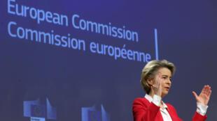 La présidente de la Commission européenne Ursula von der Leyen lors d'une conférence de presse sur la stratégie vaccinale de l'UE, à Bruxelles le 8 janvier 2021