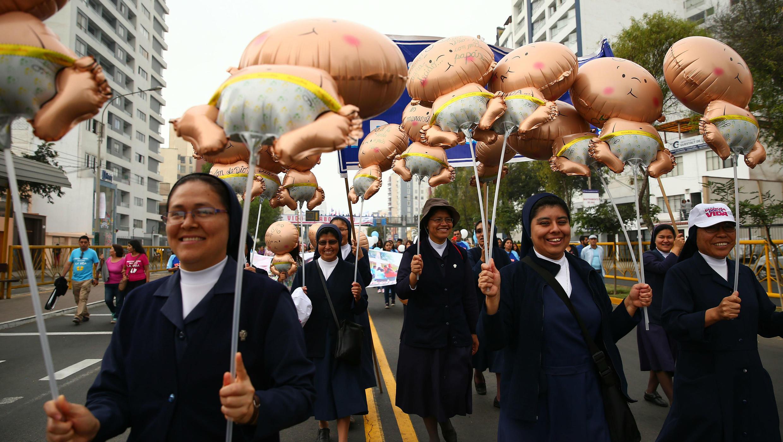 Un grupo de monjas camina con unos globos en forma de bebés durante una multitudinaria manifestación en contra del aborto.