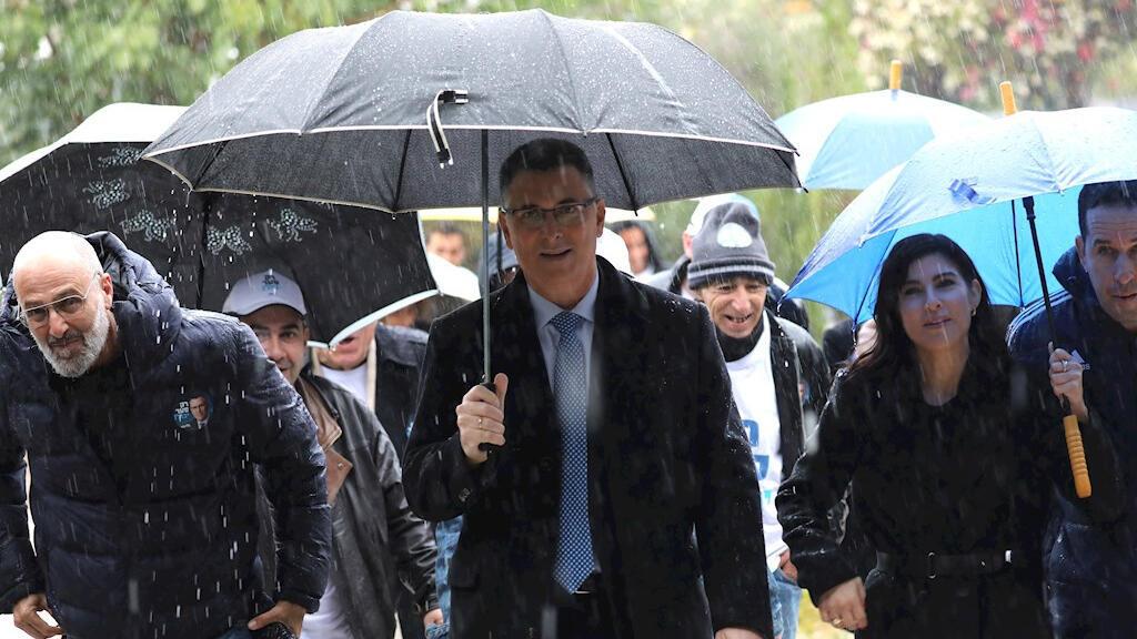 El exministro de Educación y del Interior Gideon Saar acude a un puesto de votación para las elecciones internas del Likud en Tel Aviv, Israel, este jueves 26 de diciembre de 2019. Muchos estiman que la participación se puede ver reducida por una fuerte tormenta que se registra en las costas del país.