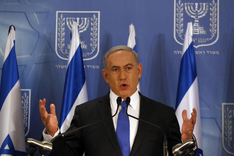 """Conférence de presse au ministère de la Défense à Tel Aviv le 11 juillet 2014, au de laquelle Netanyahu a déclaré qu'il ne se plierait pas aux supplications mondiales pour arrêter l'opération militaire """"bordure protectrice"""" contre les tirs de roquettes de la bande de Gaza."""