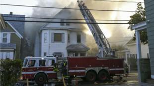 Bomberos combaten un incendio en una residencia en Lawrence, Massachusetts, tras haberse registrado una explosión debido a una posible fuga de gas. 13 de septiembre de 2018.