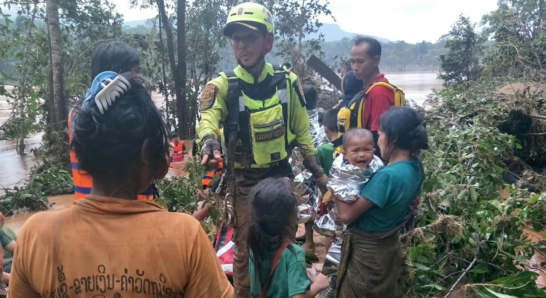 Un equipo de rescatistas acompaña a un grupo de personas desplazadas por las inundaciones en Attapeu, Laos. 26/7/18