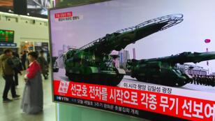 Un écran d'une gare de Séoul montre la parade militaire organisée à Pyongyang pour l'anniversaire de la mort du créateur du régime nord-coréen le samedi 15 avril 2017.