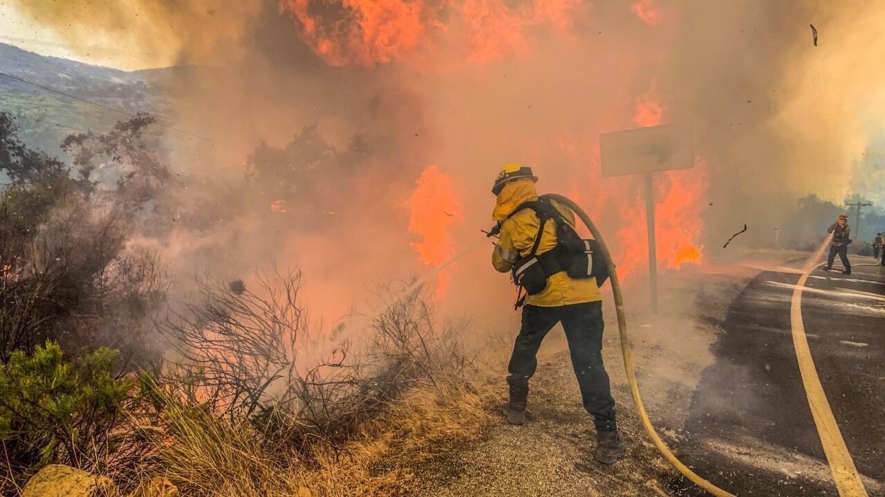 Un bombero trabaja para extinguir un incendio en Alpine, California, el 6 de septiembre de 2020.
