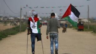 شابان بالألوان الفلسطينية قبيل مسيرة المليونية في غزة، في 30 مارس/آذار 2019
