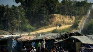 عنصر أمن بورمي يقف حارسا عند الحدود مع بنغلادش في الاول من اذار/مارس 2018