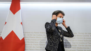 La présidente suisse, Simonetta Sommaruga, lors d'une conférence de presse pour annoncer des mesures face à la hausse des cas de Covid-19, à Berne le 18 octobre 2020