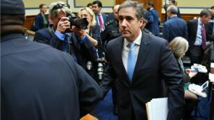 L'ancien avocat de Donald Trump, Michael Cohen, quitte la salle où il a été auditionné le 27 février au Capitole, à Washington.