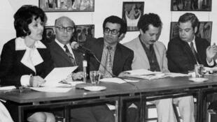 غسان كنفاني (الثاني على اليمين) مع مجموعة من الأدباء في بيروت العام 1971
