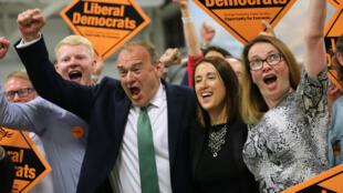 La candidata demócrata liberal Jane Dodds en la mitad, celebra con el diputado demócrata liberal Ed Davey y su equipo después de ganar la elección parcial de Brecon y Radnorshire en el Royal Welsh Showground, el 2 de agosto de 2019 en Builth Wells, Gales.