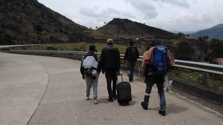 Un grupo de venezolanos caminan a lo largo de las carreteras colombianas para llegar a su país después de quedarse sin trabajo por la pandemia de Covid-19.