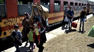 """مهاجرون في منطقة """"تابانوفسي"""" بمقدونيا في 30 آب/أغسطس 2015"""