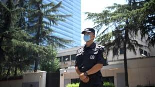 Un policier chinois devant le consulat américain de Chengdu, fermé par les autorités chinoises, le 27 juillet 202 dans la province du Sichuan