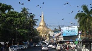 معبد شويداغون البوذي الشهير في يانغون في بورما في 1 شباط/فبراير 2021