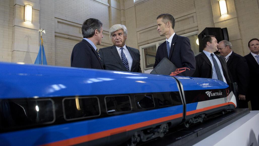 Le vice-président d'Alstom Amérique du Nord, Jérôme Wallut, (centre) lors de la présentation du nouveau TGV vendu à Amtrack.