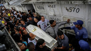 Familiares, amigos y vecinos cargan el ataúd de la niña Ágatha Félix, durante su entierro en Río de Janeiro, Brasil, el 23 de septiembre de 2019.