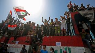 تظاهر العديد من العراقيين في 1 تشرين الأول/أكتوبر 2020 في ساحة التحرير في بغداد بمناسبة الذكرى الأولى لثورة غير مسبوقة فقدت زخمها، لكنهم يعدون بإحيائها إذا لم يتم تنفيذ أي إصلاح.