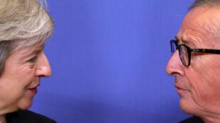 La primera ministra británica, Theresa May, se reúne con el presidente de la Comisión Europea, Jean-Claude Juncker, para discutir los proyectos de acuerdos sobre el Brexit, en la sede de la CE en Bruselas, Bélgica, 21 de noviembre de 2018.
