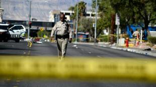 شرطي يتفد المكان بعد حادث إطلاق النار في لاس فيغاس نوفمبر/تشرين الثاني 2017