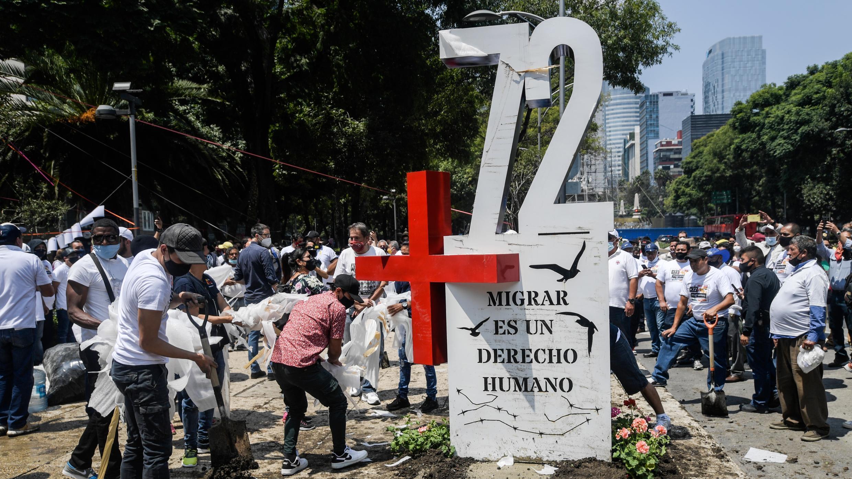 """Activistas colocan un """"anti-monumento"""" para conmemorar el décimo aniversario de la Masacre de San Fernando frente a la embajada de Estados Unidos en la Ciudad de México, el 22 de agosto de 2020."""