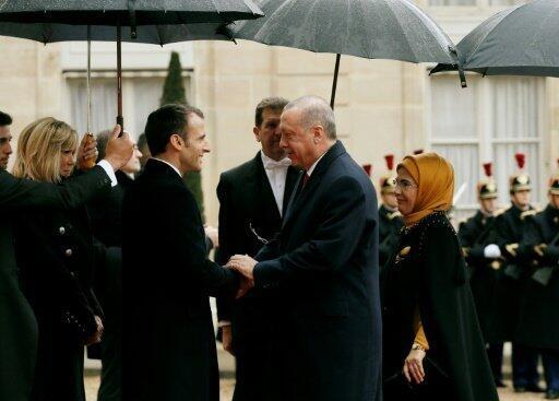 صورة وزعتها الرئاسة التركية في 11 تشرين الثاني/نوفمبر 2018 تظهر الرئيس الفرنسي ايمانويل ماكرون مصافحا نظيره التركي رجب طيب اردوغان في باريس