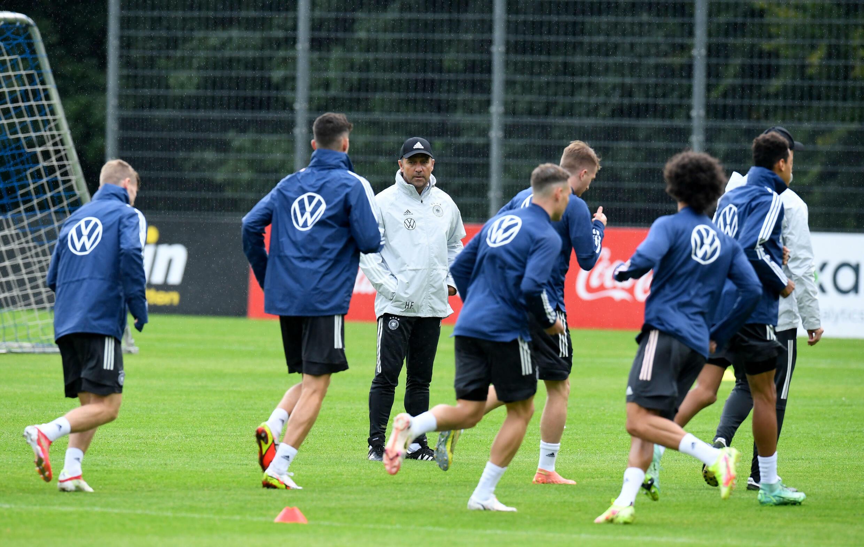 Le nouvel entraîneur allemand Hansi Flick supervise l'entraînement lundi