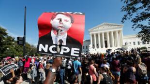Un grupo de activistas realiza una protesta y se une en oposición al candidato a la Corte Suprema de Estados Unidos, Brett Kavanaugh, fuera de la corte en Washington, EE. UU., el 4 de octubre de 2018.
