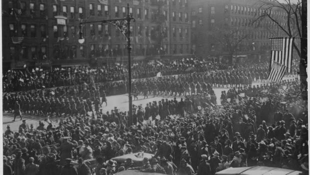 La parade du 369e régiment d'infanterie dans les rues de New York à son retour aux Etats-Unis