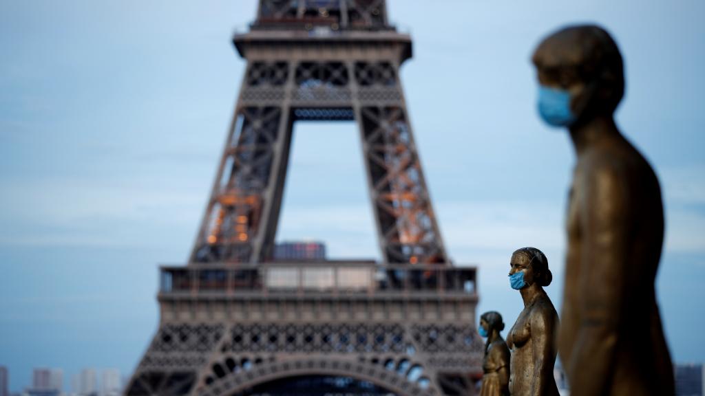 Imagen de archivo del 2 de mayo, en París Francia, donde las estatuas de oro del Trocadero aparecieron vestidas con mascarillas protectoras.