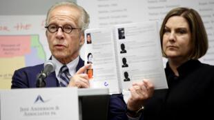Cynthia Yesko, víctima de abuso sexual en la iglesia católica, junto al abogado Jeff Anderson en una conferencia de prensa para publicar un informe sobre los casos dentro de la Arquidiócesis Católica de Chicago en Illinois el 20 de marzo de 2019.