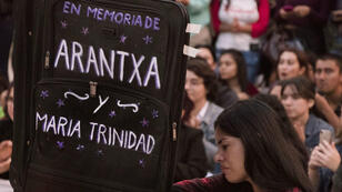 """Una mujer sostiene una maleta que dice """"en memoria de Arantxa y María Trinidad"""", durante una manifestación contra la violencia de género en San José, Costa Rica, el 10 de agosto de 2018."""
