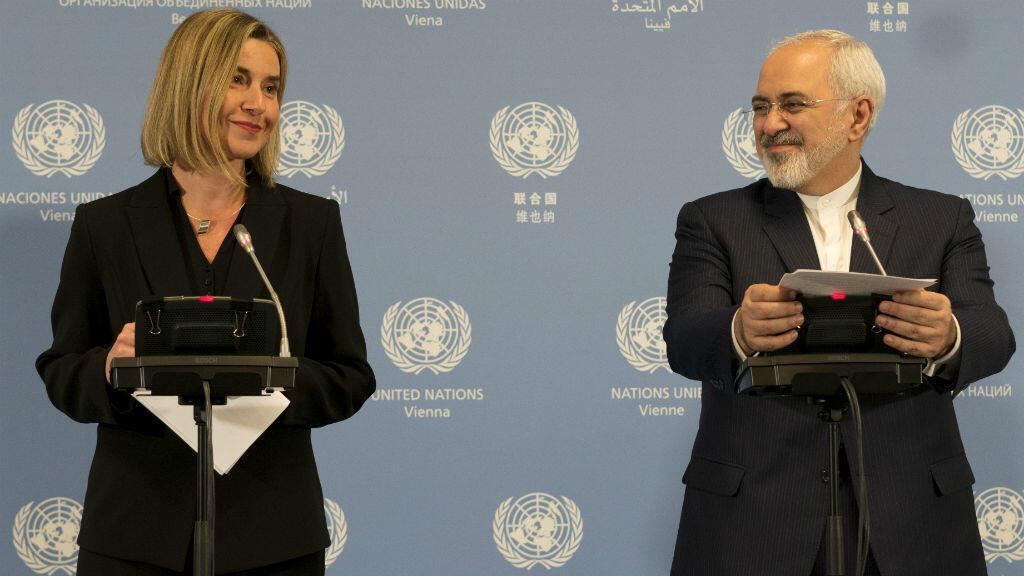 وزيرة خارجية الاتحاد الأوروبي فيديريكا موغيريني مع وزير الخارجية الإيراني جواد ظريف