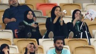 سعوديات يشجعن فريق الأهلي في ملعب مدينة الملك عبد الله الرياضية في جدة، 12 كانون الثاني/يناير 2018
